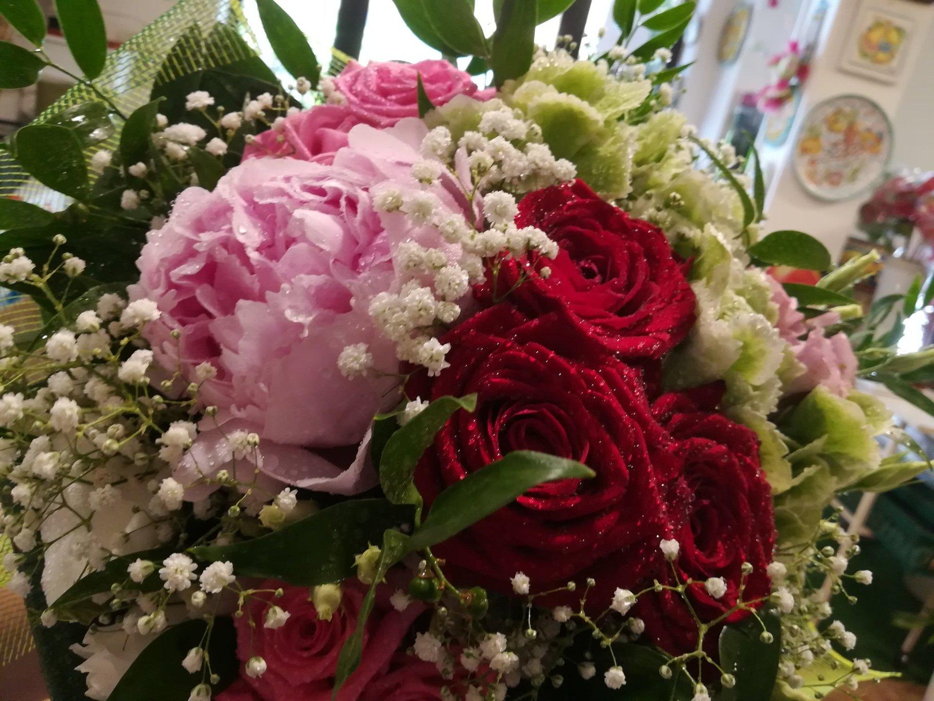 Bouquet di rose rosse e rosa