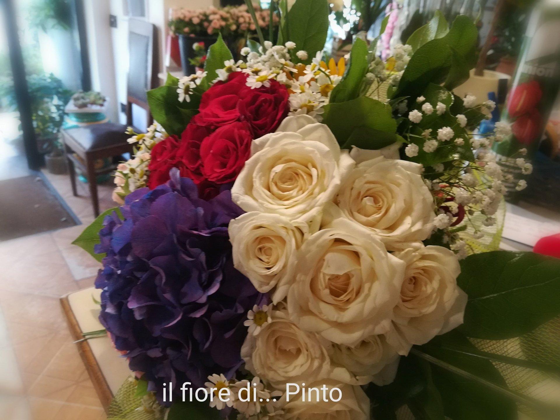 Bouquet di rose bianche e viola