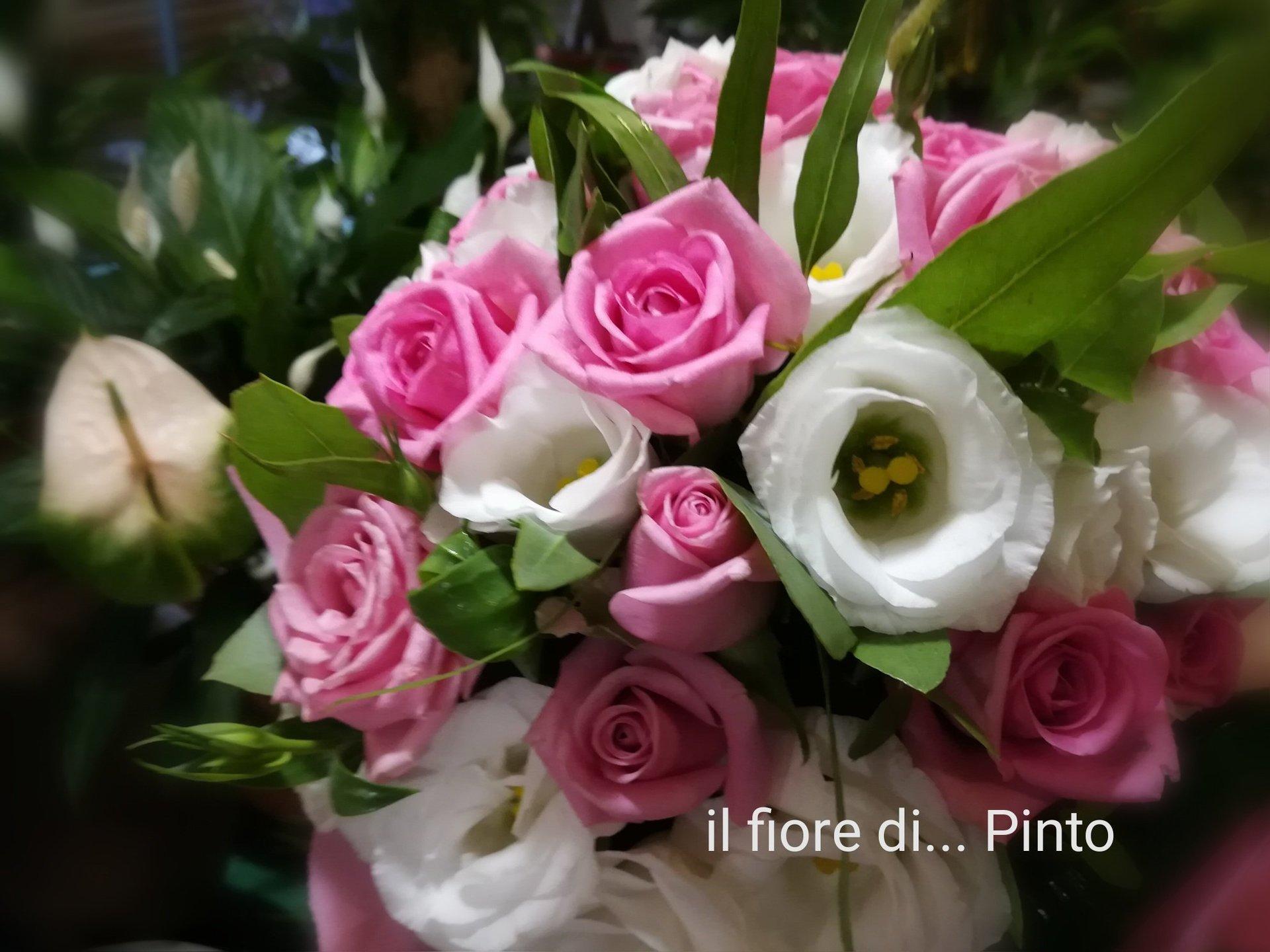 Bouquet di rose bianche e rose