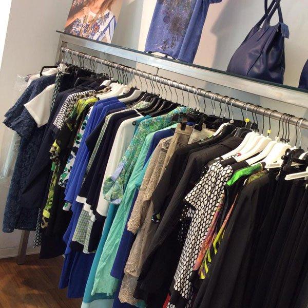 abbigliamento donna in vendita al negozio