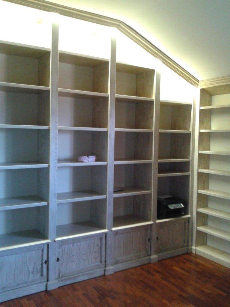 Libreria angolo mansardato in castagno decapè
