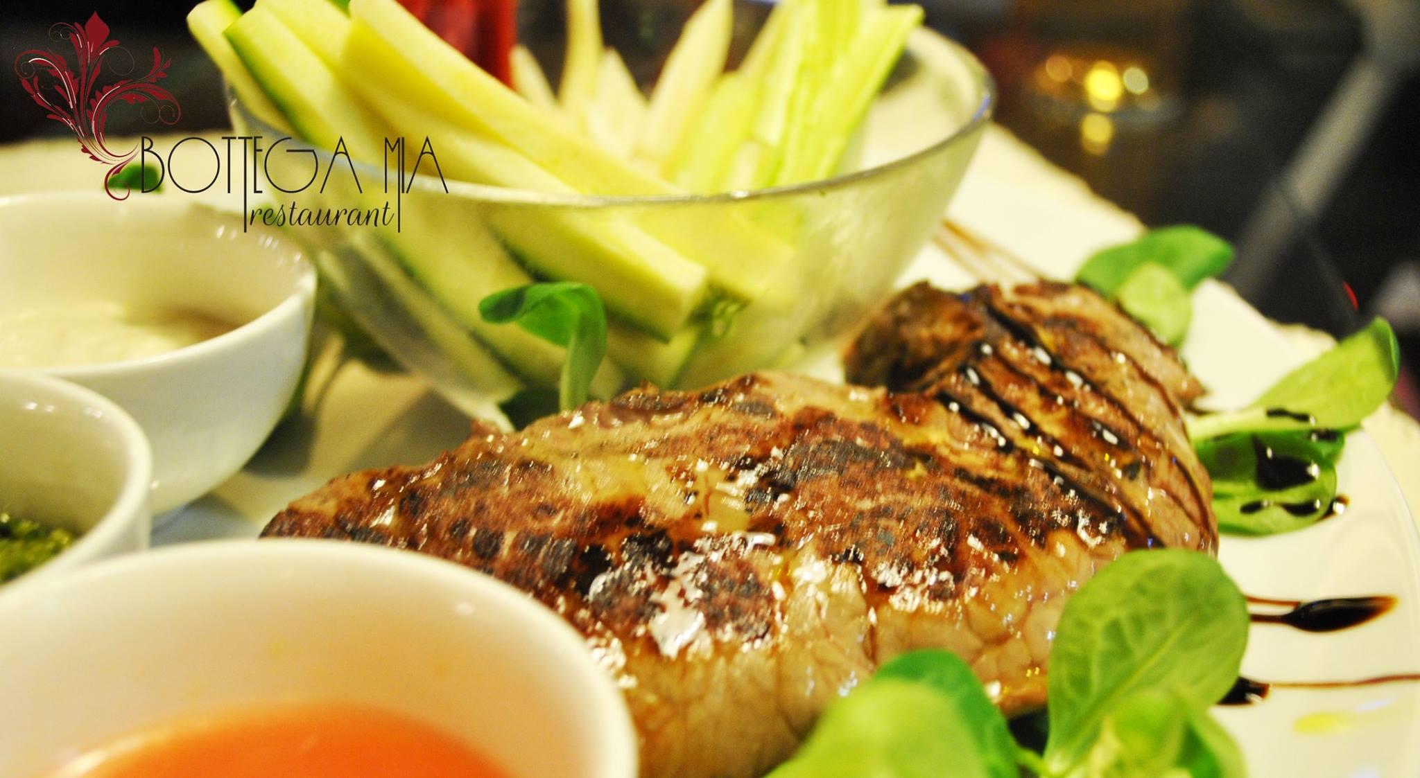 Piatto di carne con insalata