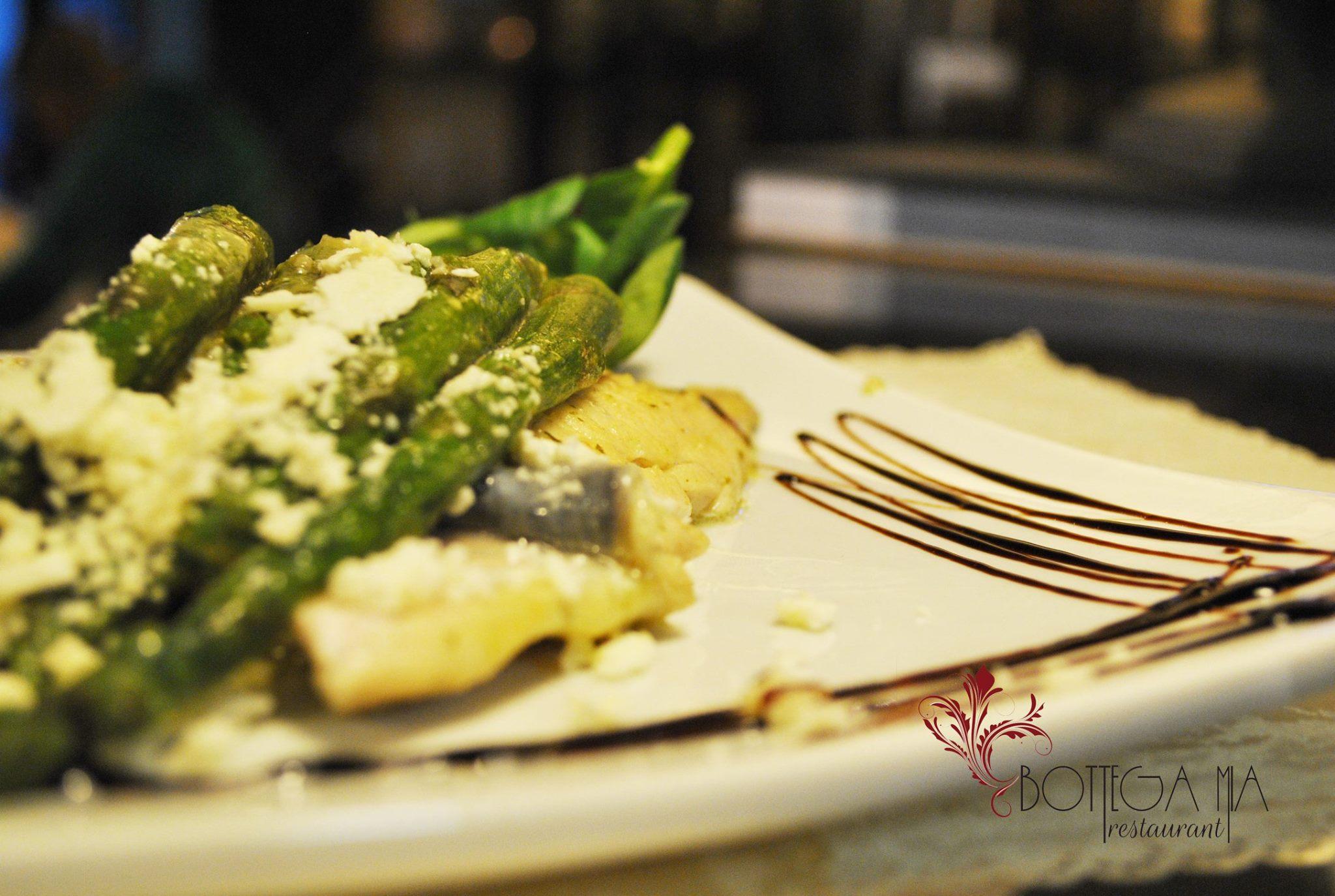 Piatto di asparagi con forchetta