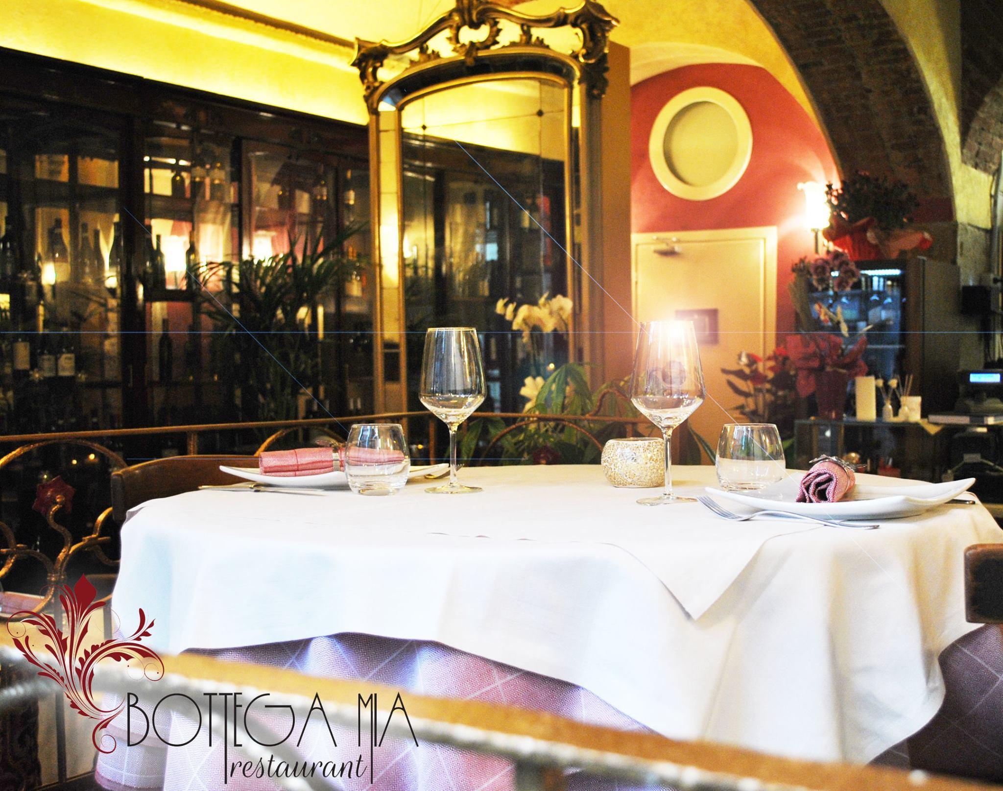 Tavolo con tovaglia bianca
