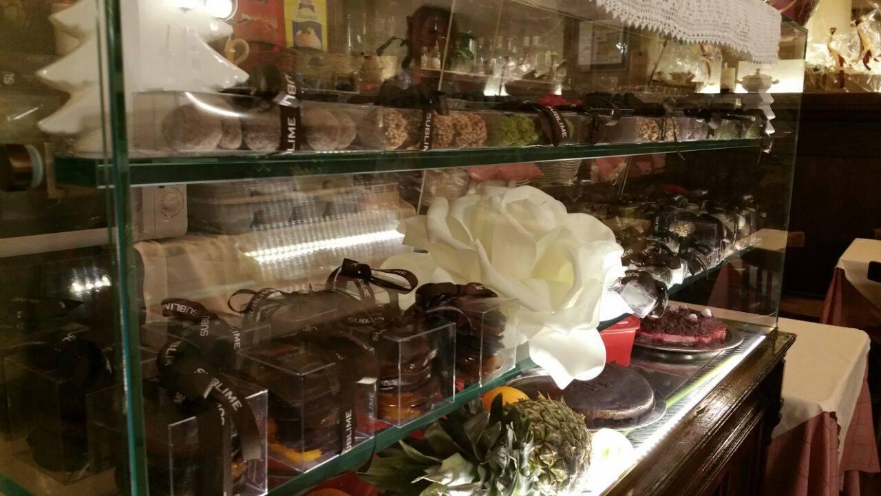 bancone con dolci in vetrina