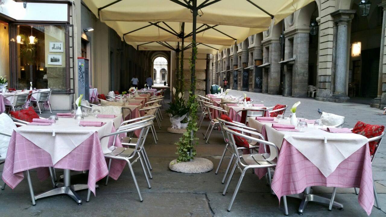 Tavoli con tovaglie rosa e bianche