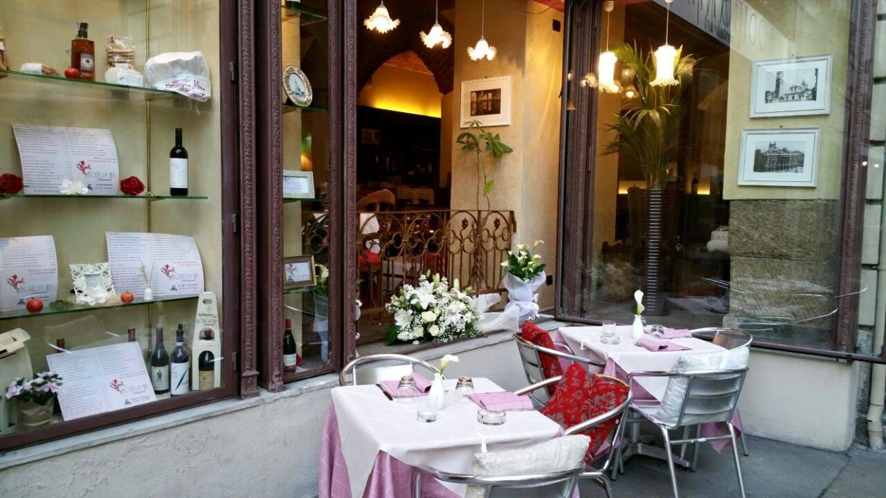 Vetrina e tavoli all'esterno di un ristorante