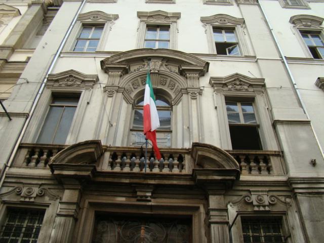 Palazzo con bandiera italiana