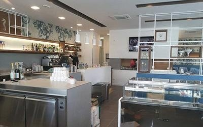 Banco del ristorante illuminato con led bianco