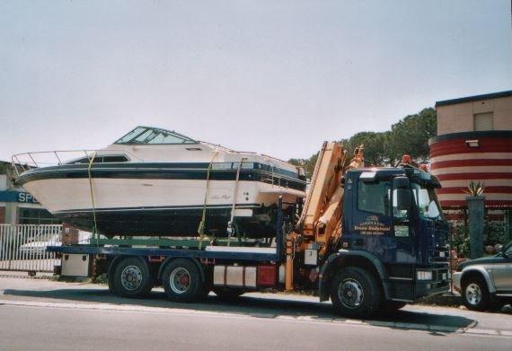 Imbarcazione trasportata su un rimorchio