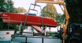 gru che solleva una barca rossa