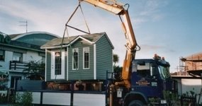 gru che solleva una casa prefabbricata