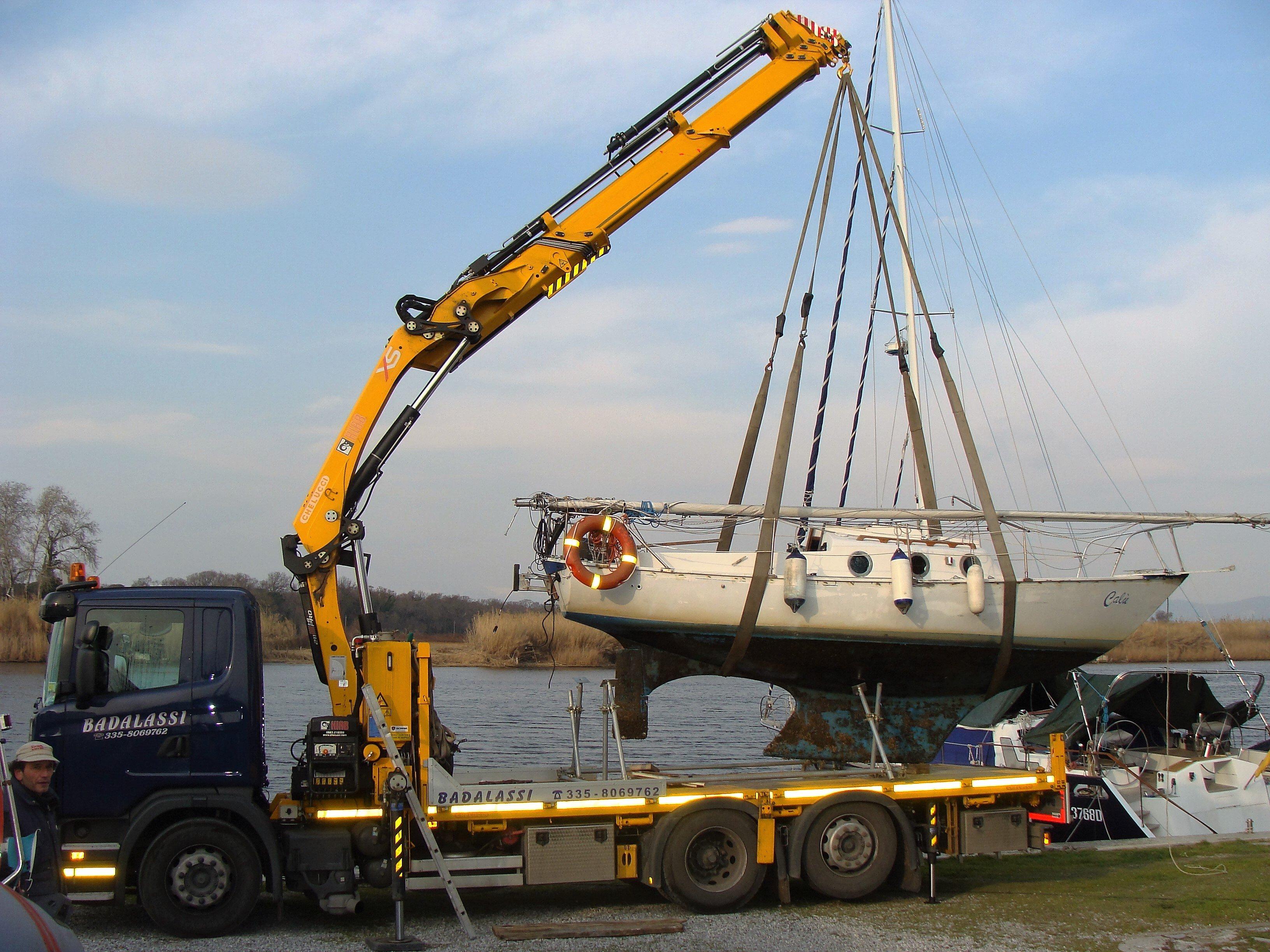 Gru solleva un'imbarcazione