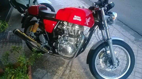 una moto Rossa Royal Enfield
