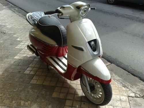 uno scooter Peugeot bianco e rosso
