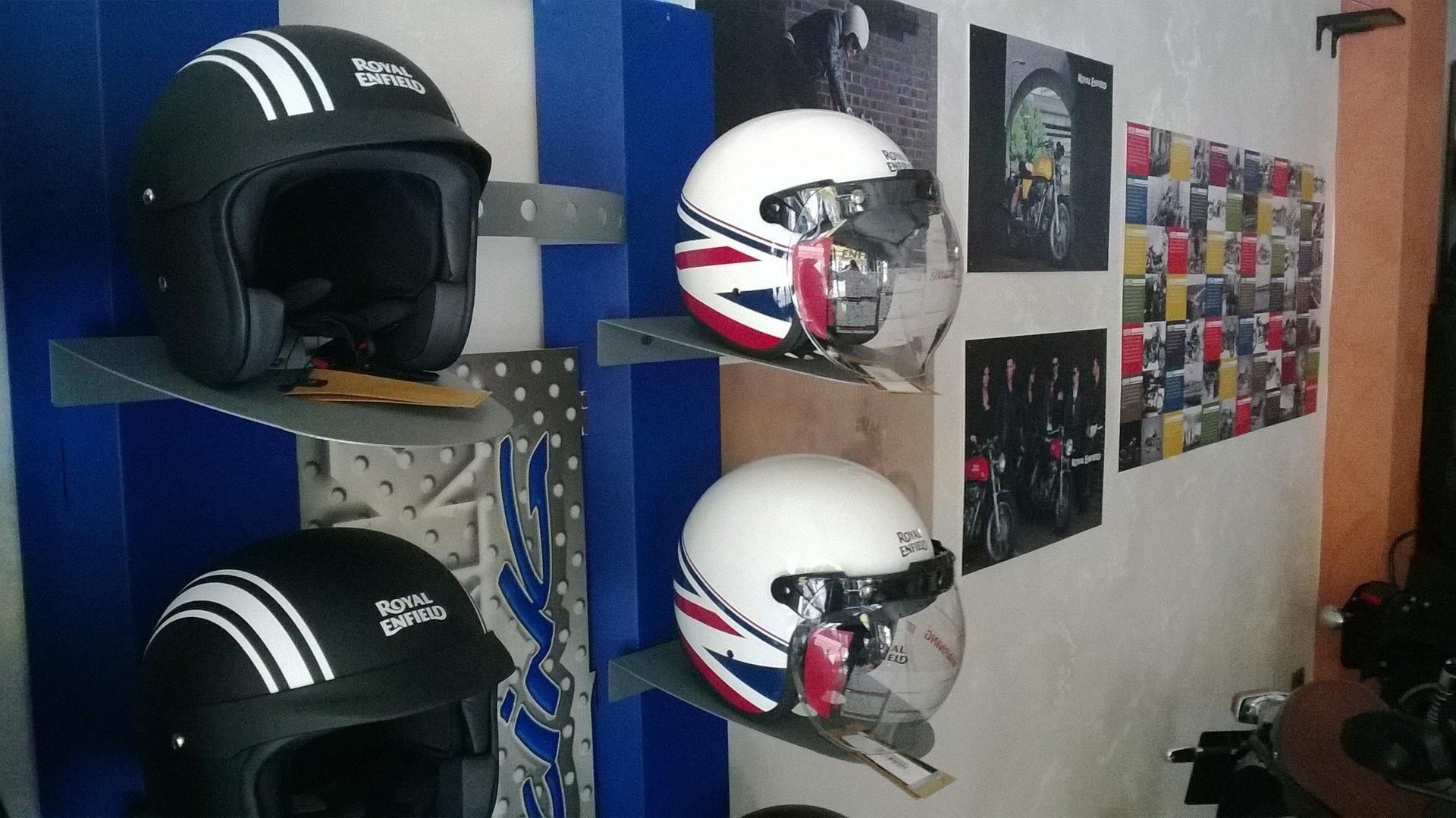 Assortimento di caschi per moto