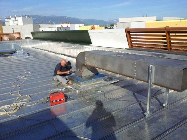 Tecnici lavorando nell'installazione