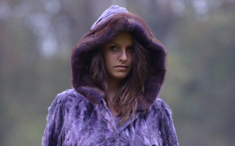 pelliccia viola cappuccio