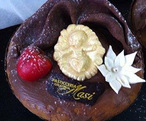 dolce al cioccolato con sopra decorazioni in cioccolato plastico
