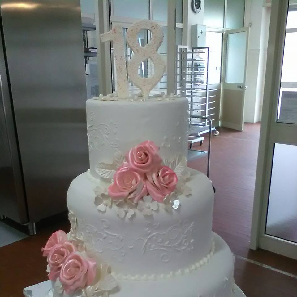 torta a piani bianca con sopra 18