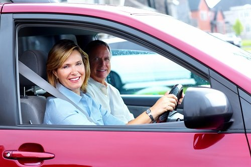 coppia sorridente  in macchina