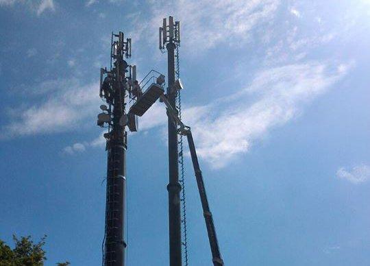 Una piattaforma aerea e due antenne