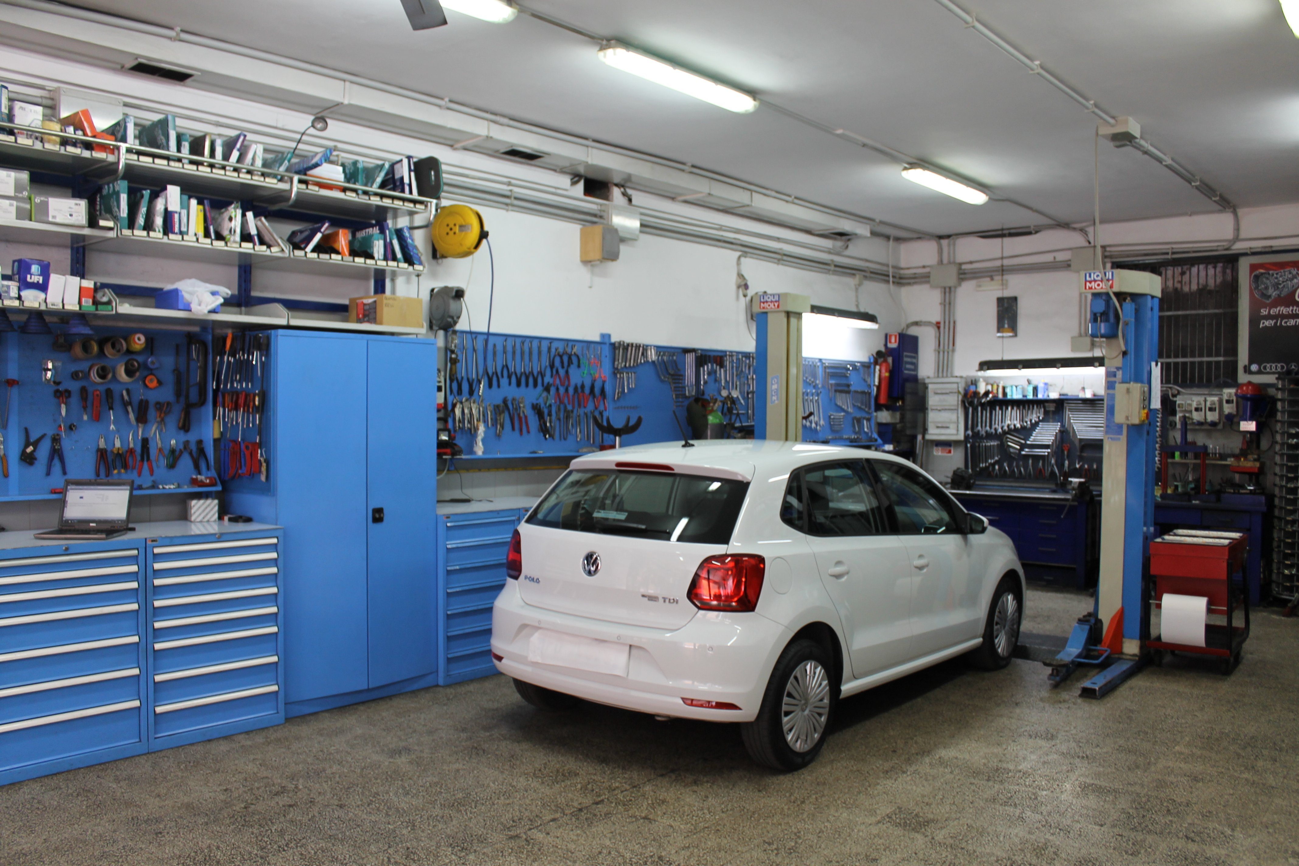 auto bianca in officina