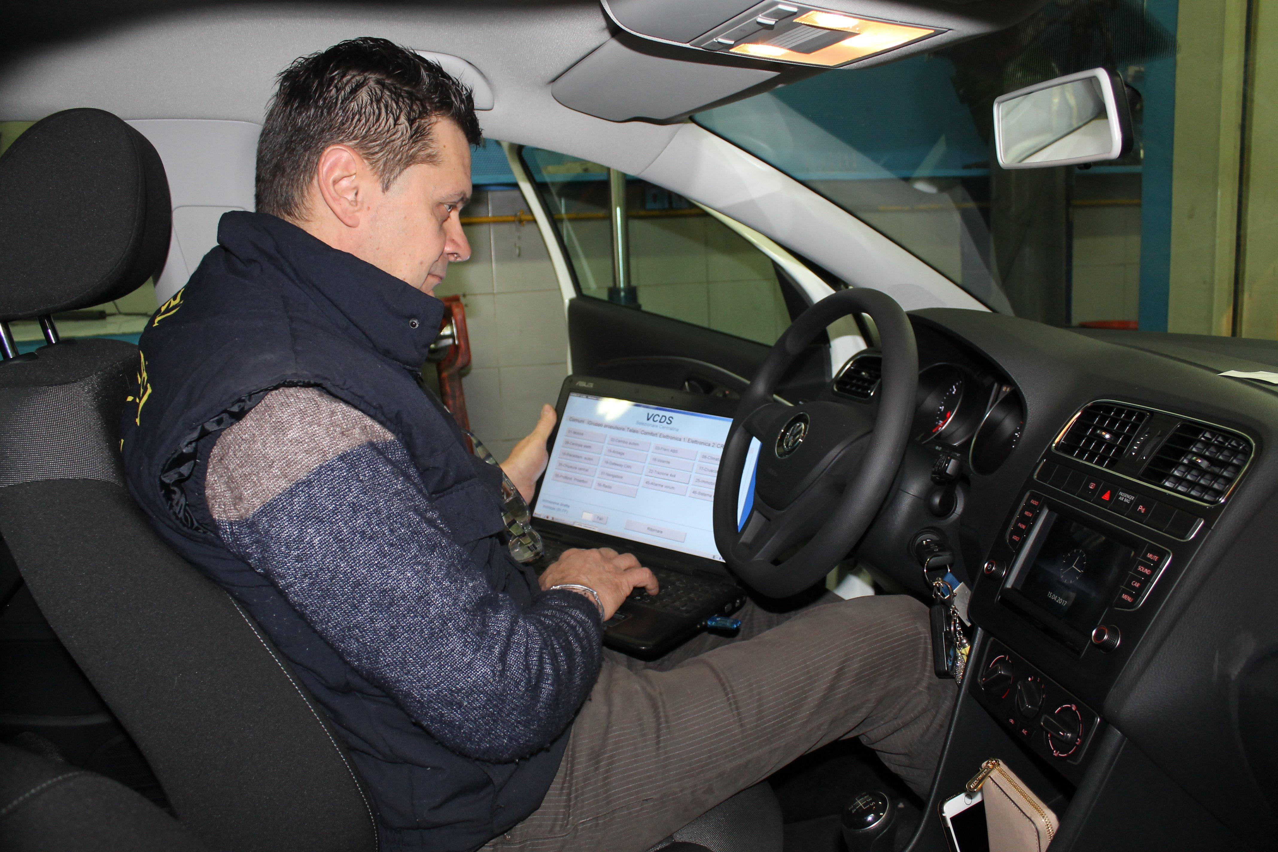 tecnico controlla centralina auto