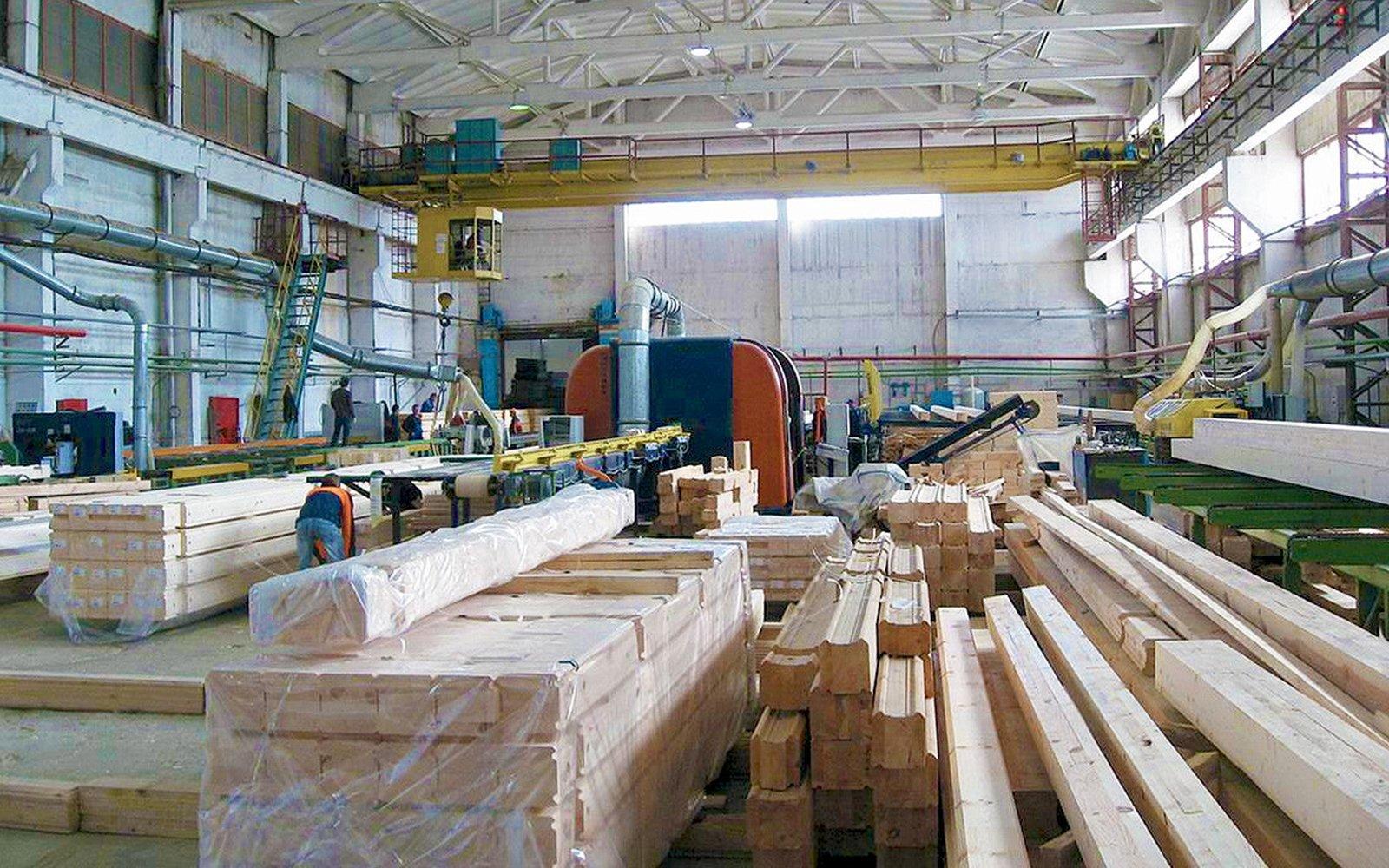 interno di una fabbrica con delle travi di legno