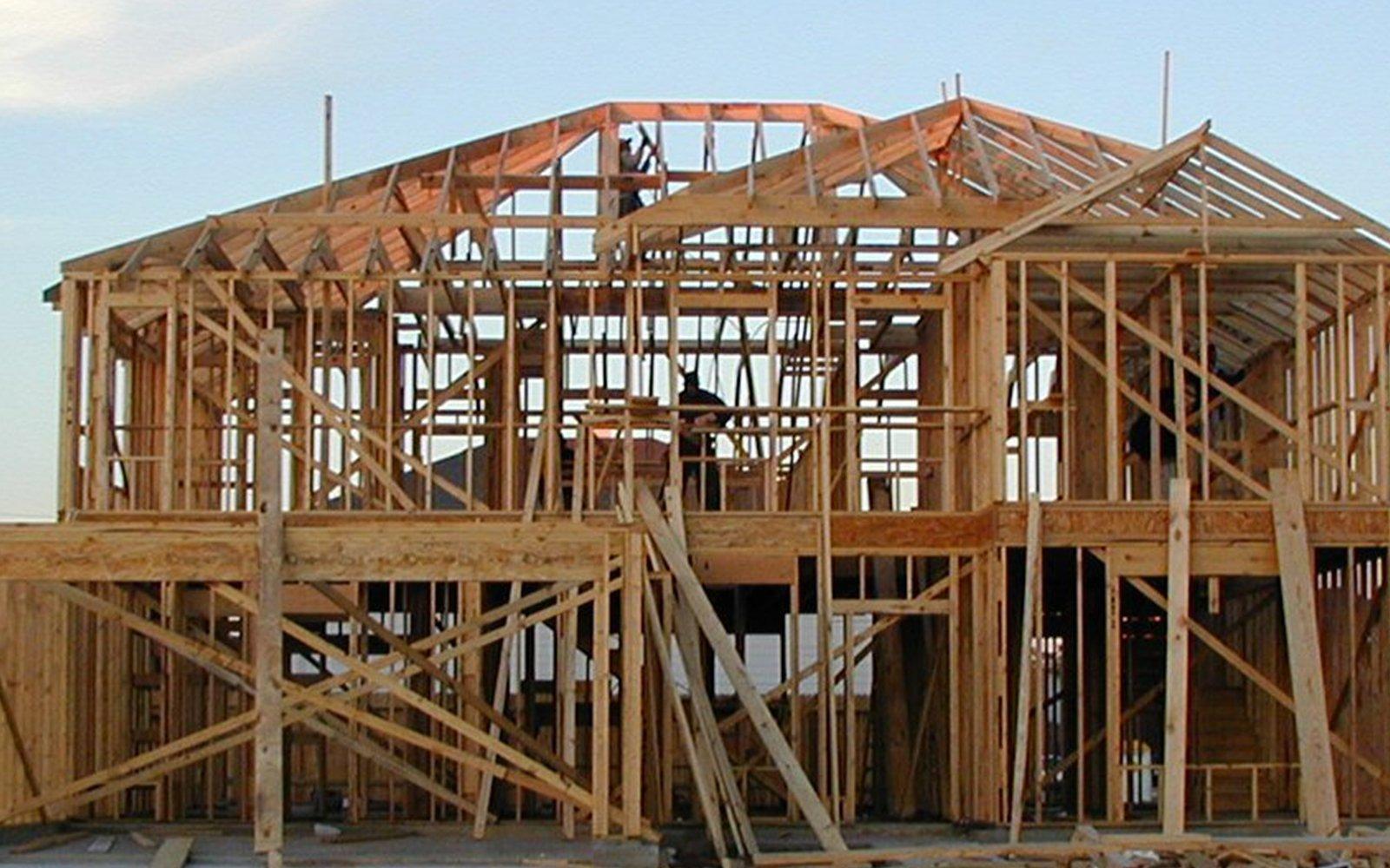 una casa in legno in fase di costruzione