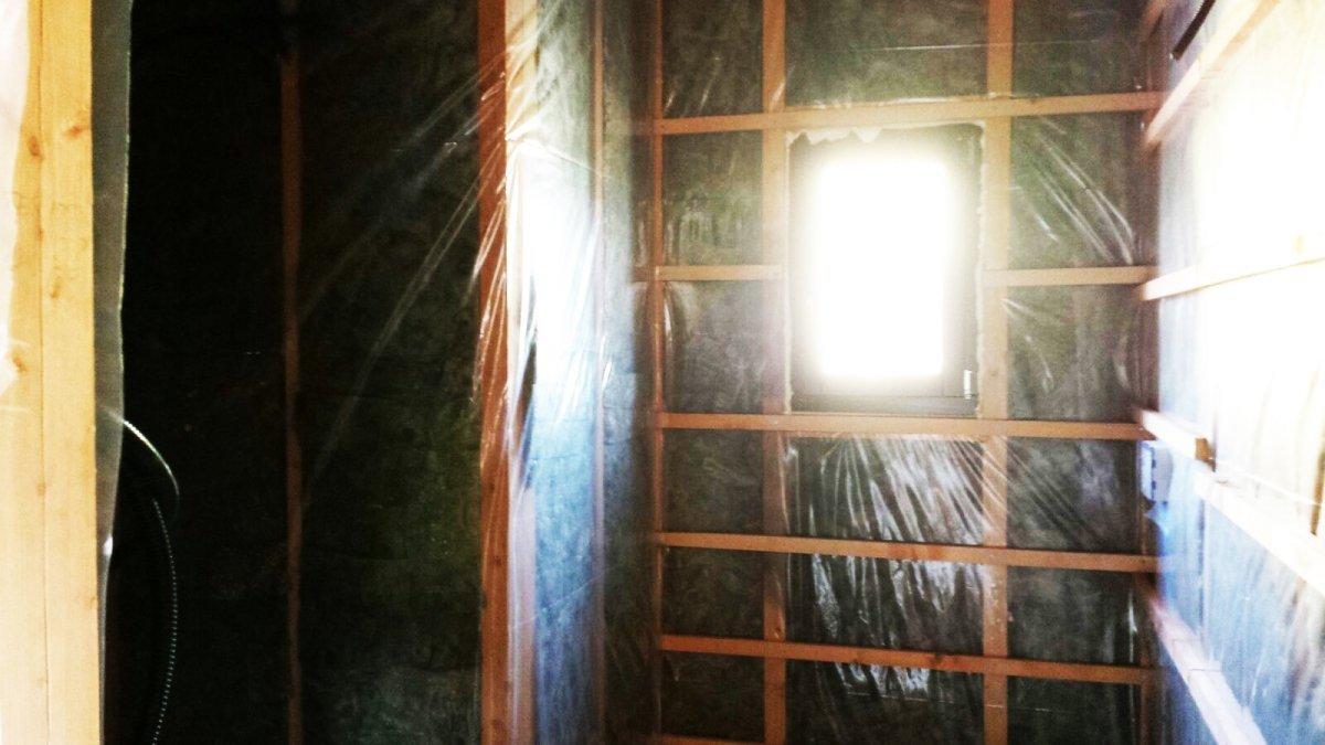 degli intercapedini in legno e vista di una finestra con la luce