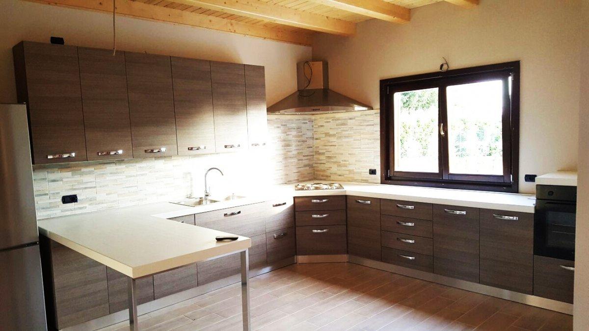una cucina angolare con mobili marroni