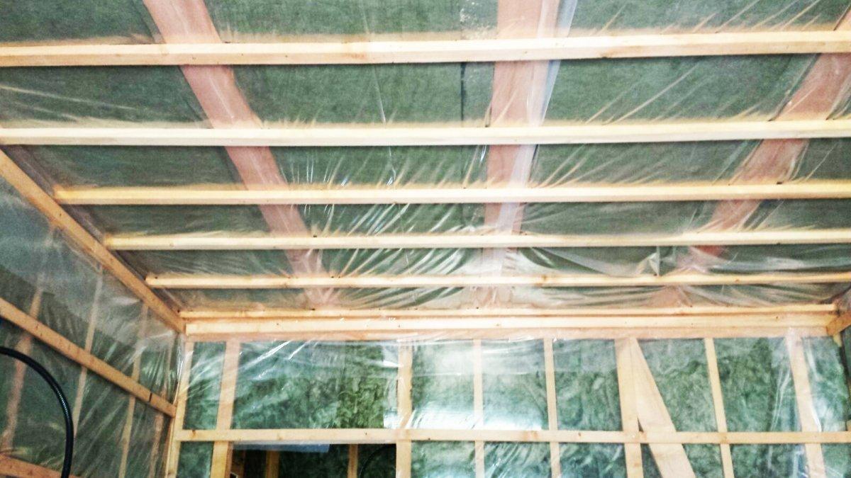 delle strutture in legno in un appartamento in fase di ristrutturazione