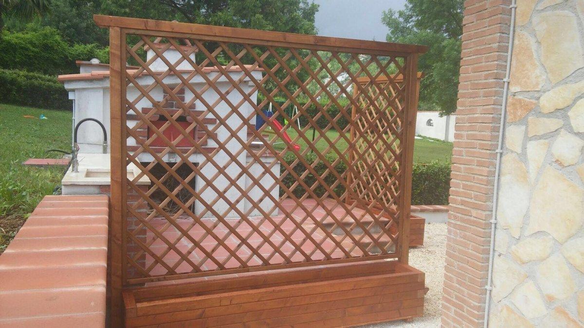una struttura in legno per piante rampicanti