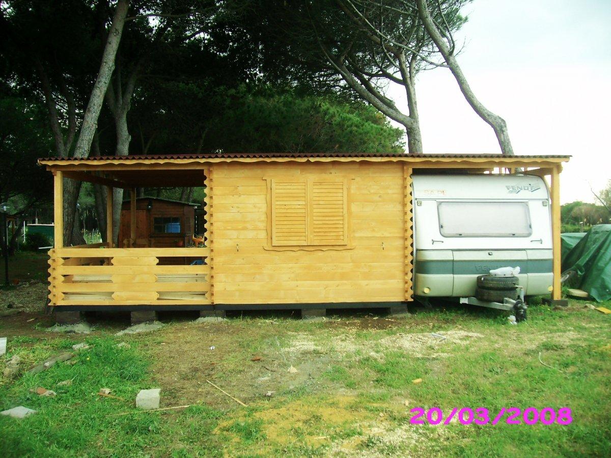 una casetta in legno con alloggio roulotte