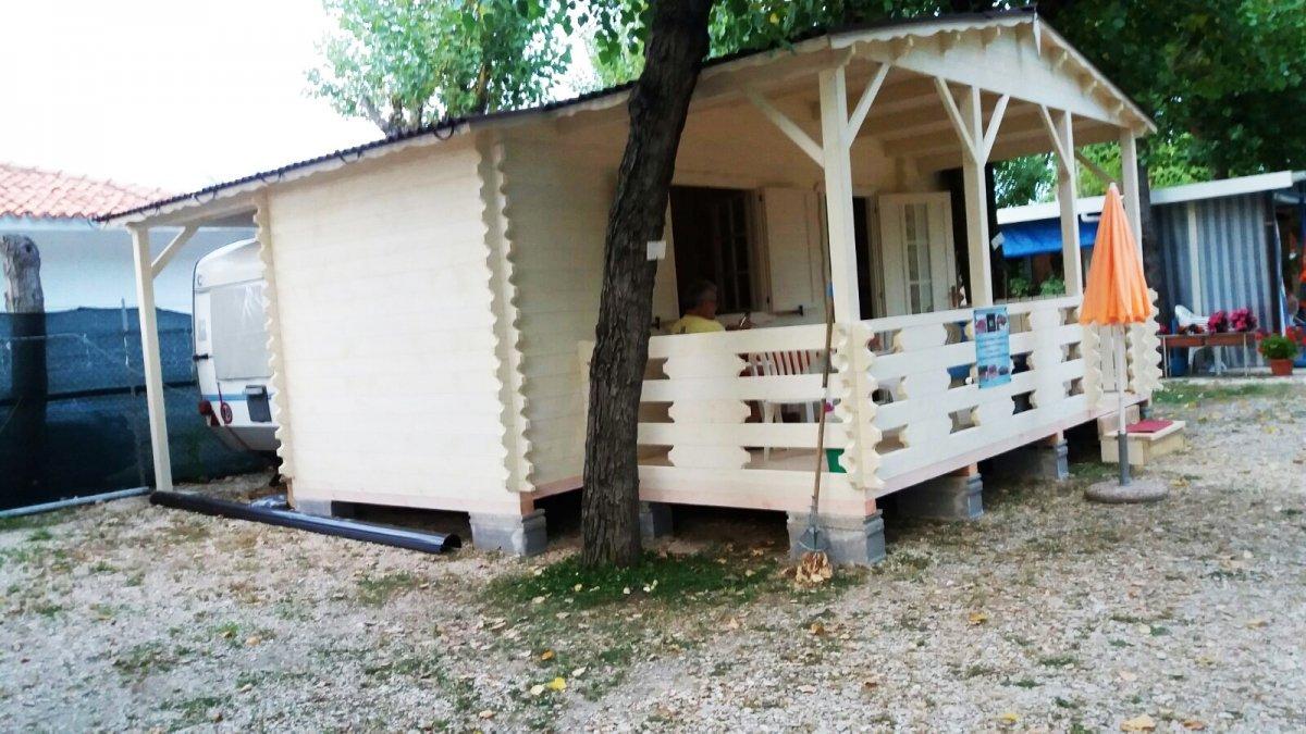 una casetta in legno di color bianco