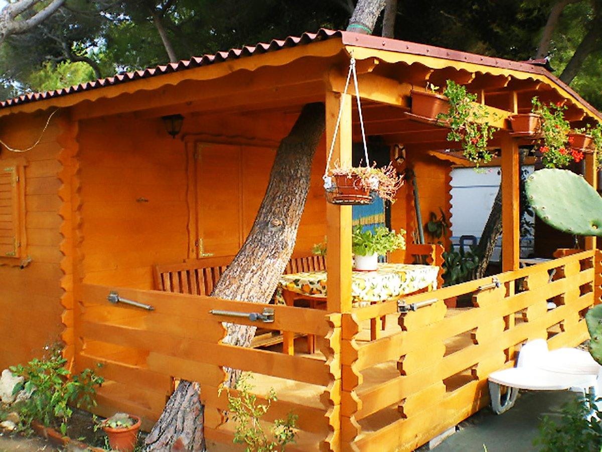 una casetta in legno marrone