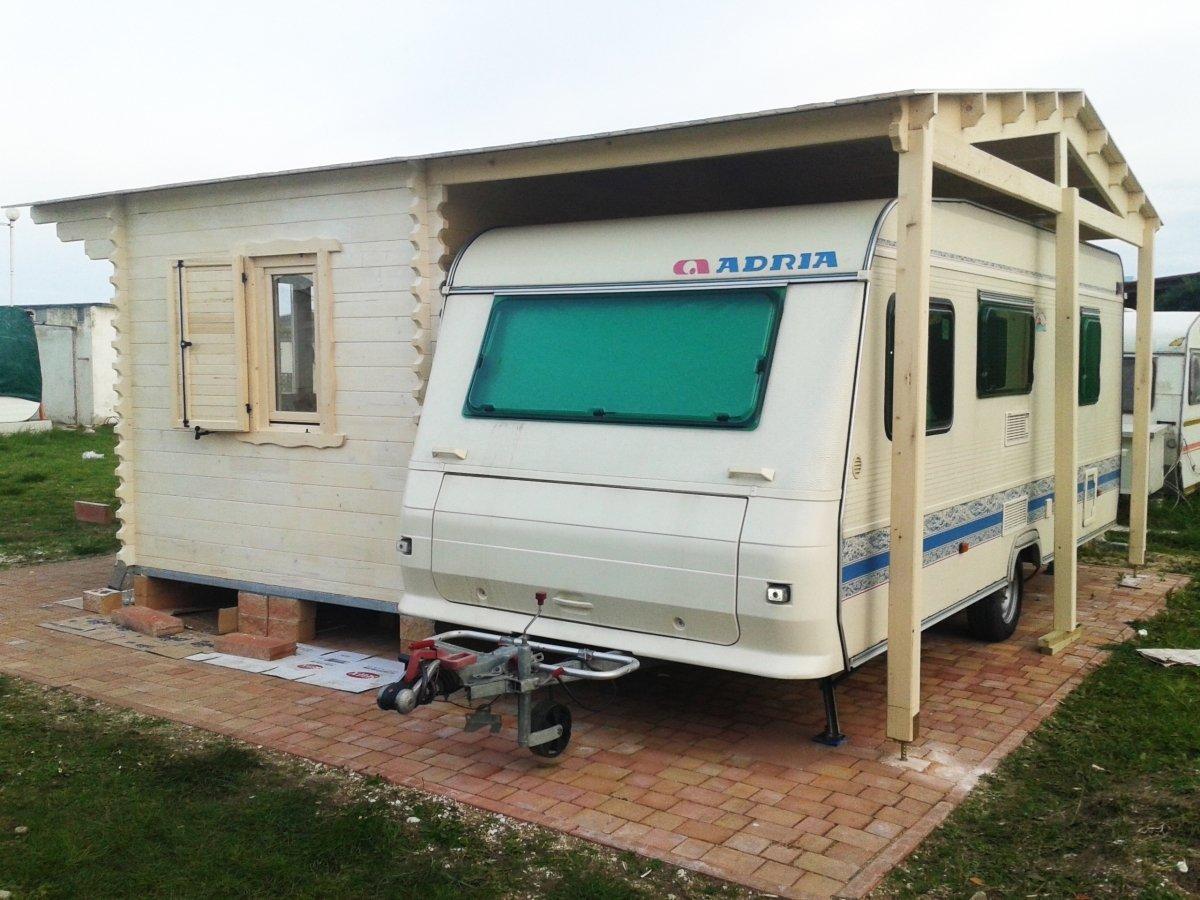 una roulotte parcheggiata in un alloggio di una casetta in legno