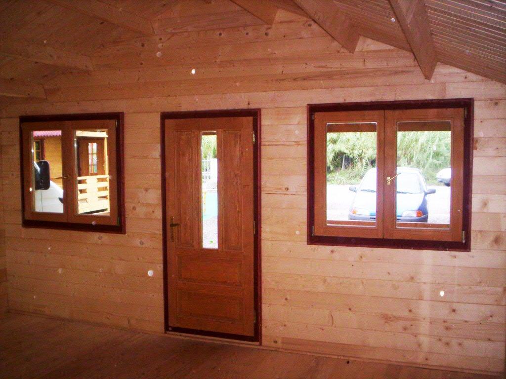 interno di una casa in legno con vista delle finestre e della porta