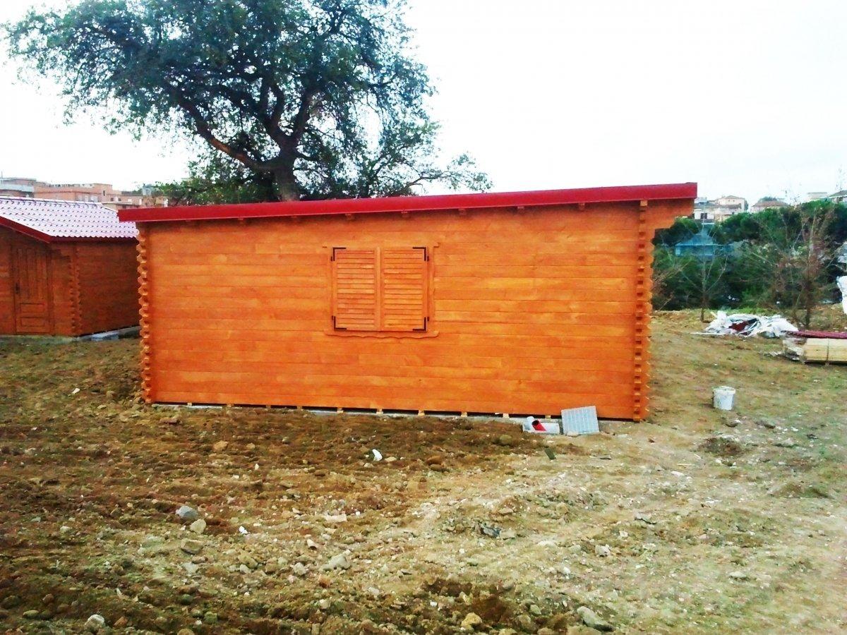 una casetta in legno di colore marrone