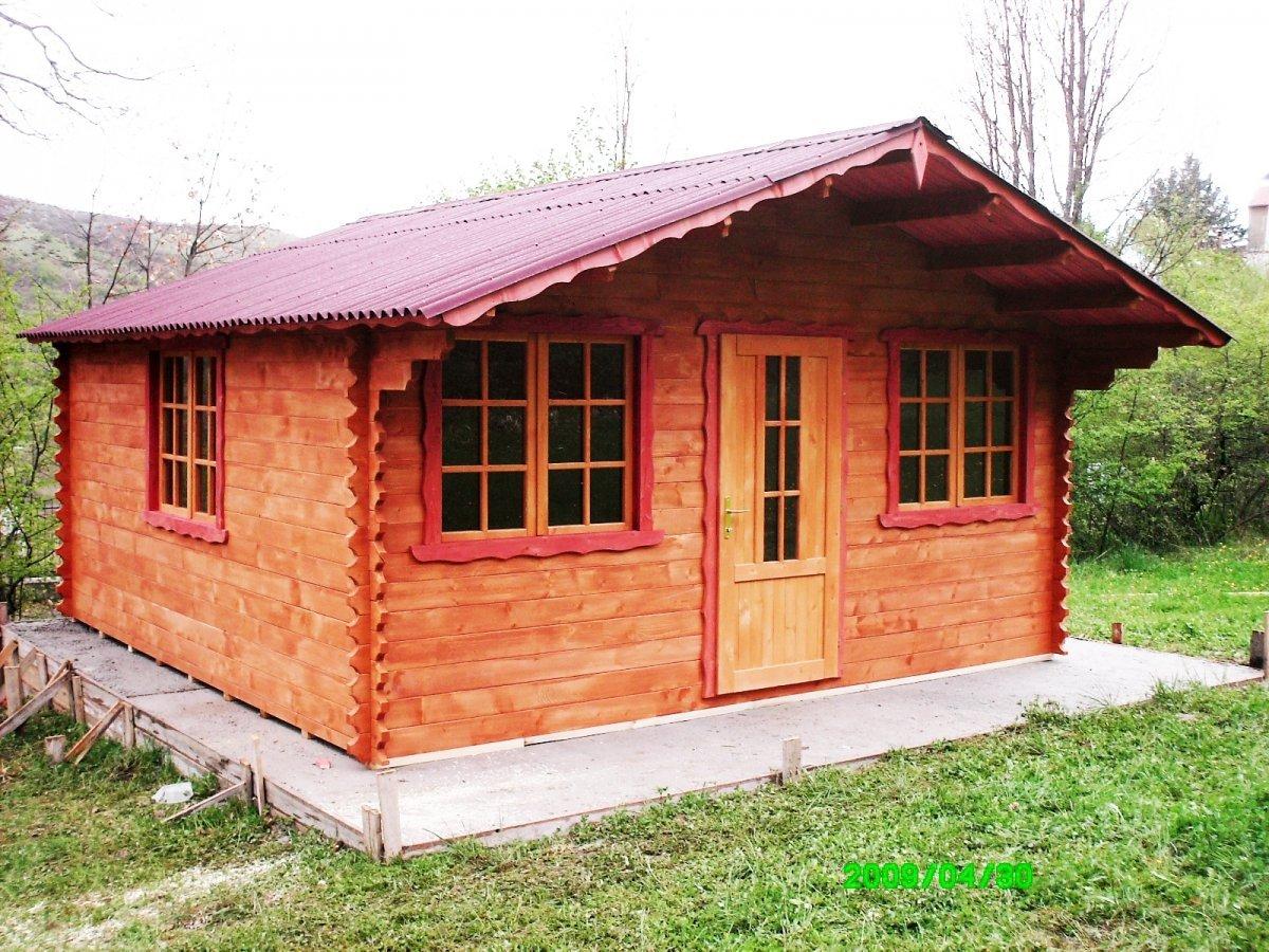 una casetta in legno con un tetto rosso
