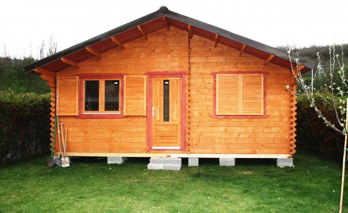 una casetta in legno in un giardino