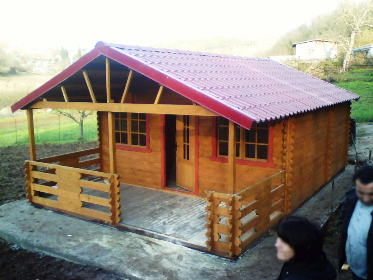 una casetta in legno e due persone