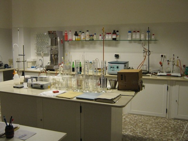 Nei nostri laboratori si svolgono le prove di controllo di qualità appropriate per garantire il meglio ai clienti