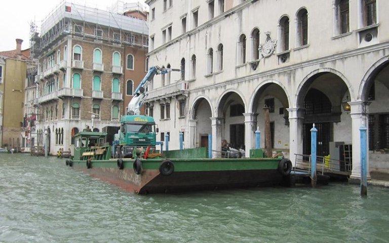 Posizionamento manufatto tramite gru su barca