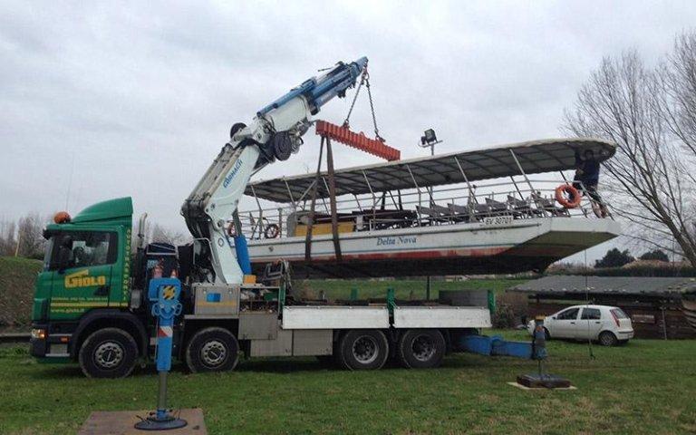 Posizionamento barca con gru