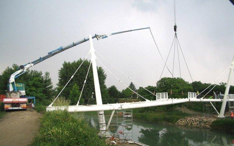 Posizionamento ponte epedonale con autogru