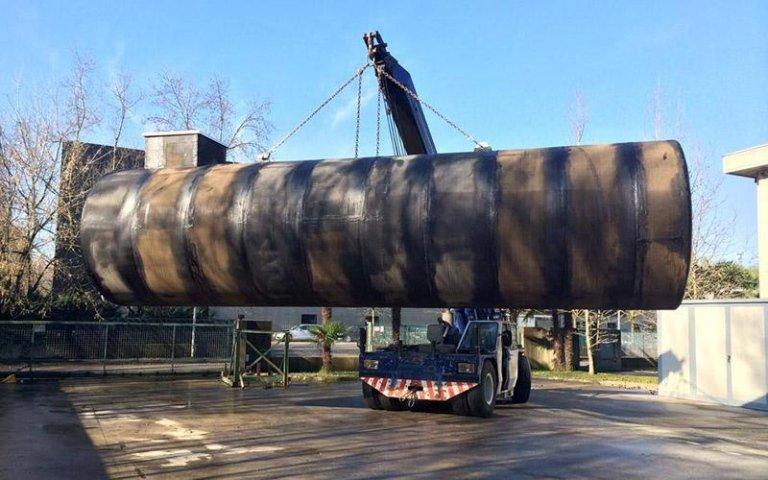 Posizionamento silos industriali con gru