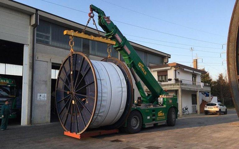 Posizionamento bobine cavi industriali con gru