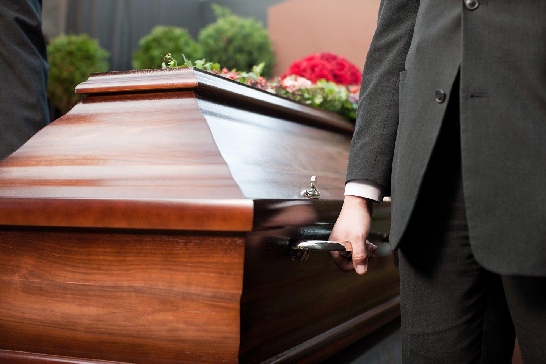 cofano trasportato per un funerale